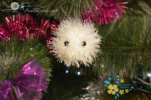 amigurumi toy snowball on christmas tree